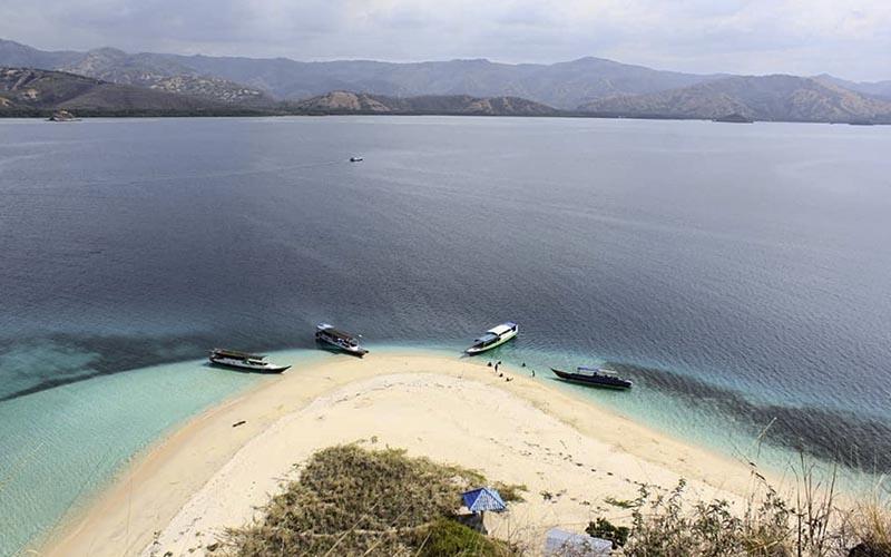 Exploring 17 Islands Marine Park Riung